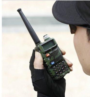 donna con walkie talkie